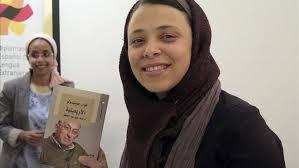 """La traductora egipcia Abir Abdelhafez  con su traducción al arabe de """"La Cuarentena"""" de Juan Goytisolo"""